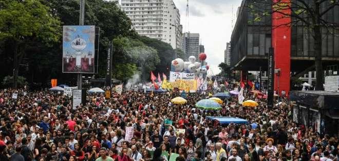 Alumnos y profesores protestan por bloqueo de recursos a educación. Foto: AFP