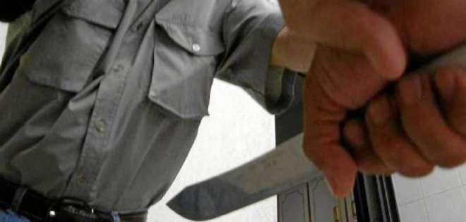 Los vecinos de la víctima retuvieron al agresor y lo golpearon. Foto: Referencial