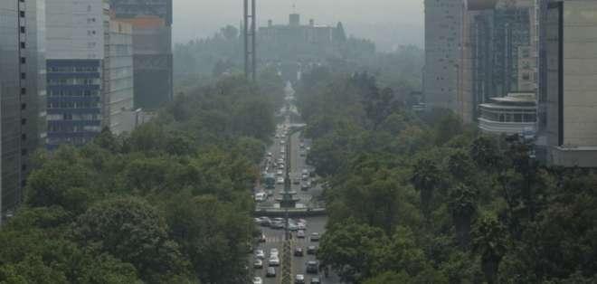 El humo y la contaminación se observan desde el emblemático Paseo de la Reforma y el Castillo de Chapultepec. Foto: AP