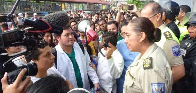 GUAYAQUIL, Ecuador.- Tanya Varela, jefa zonal de la Policía, justificó el uso de la fuerza.