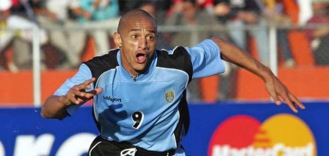 Jugó el Mundial del 2002 con la selección uruguaya.
