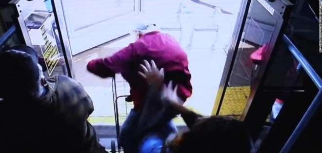 Anciano murió después de que lo empujaron de un bus en EEUU. Foto: Captura de video
