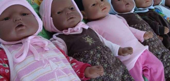 """El """"Proyecto muñeca"""" le da a los jóvenes la oportunidad de ver de cerca cómo es cuidar a un bebé cuando uno aún es muy joven."""