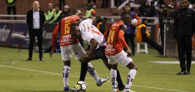 Partido entre Liga y Deportivo Cuenca. Foto: API.