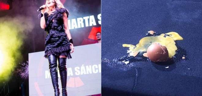 ESPAÑA.- La intérprete española solo cantó un tema cuando recibió los huevos, el show fue cancelado. Foto: Redes