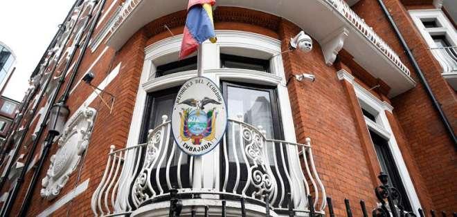 INGLATERRA.- Peritos ecuatorianos levantan información de Julian Assange en su embajada en Londres. Foto: Archivo