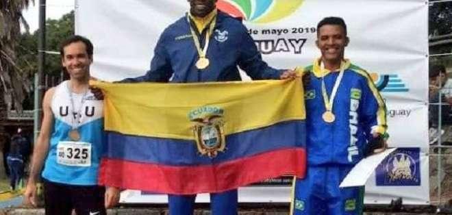 Chalá recibiendo la medalla. Foto: Twitter Deporte Ecuador.