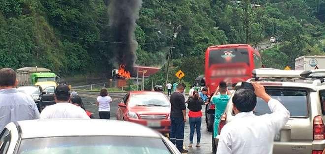 Medida se toma debido a un incendio de un vehículo accidentado. Foto tomada del TW @DialoguemosINFO