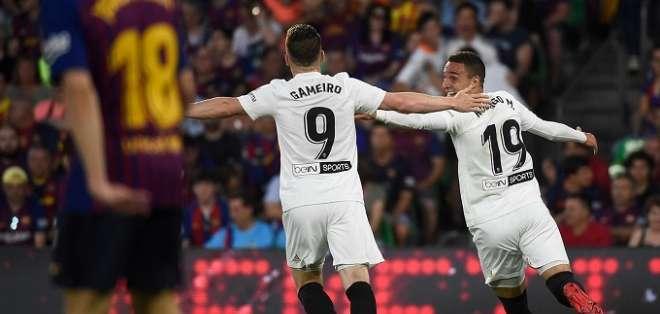 Jugadores del Valencia festejan el campeonato.