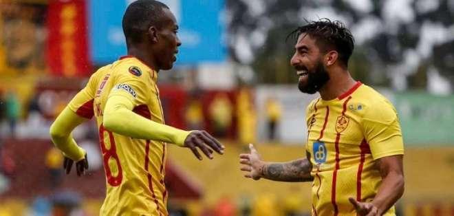 Barreiro (derecha) festeja su gol con uno de sus compañeros.