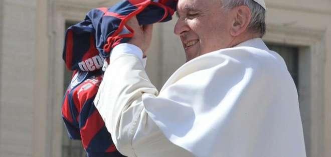 Papa Francisco con la camiseta de San Lorenzo.
