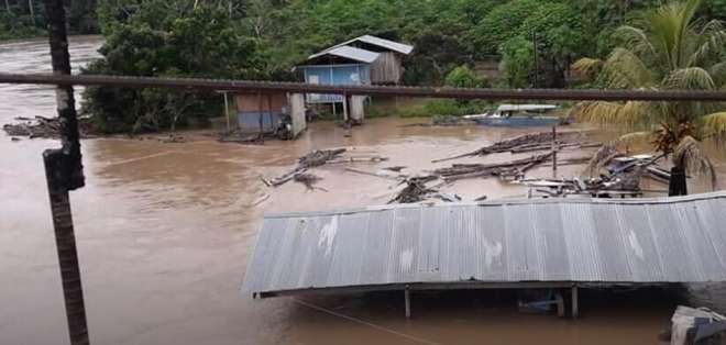 Lluvias provocan colapso de puente en Sucúa. Foto: FB - Referencial