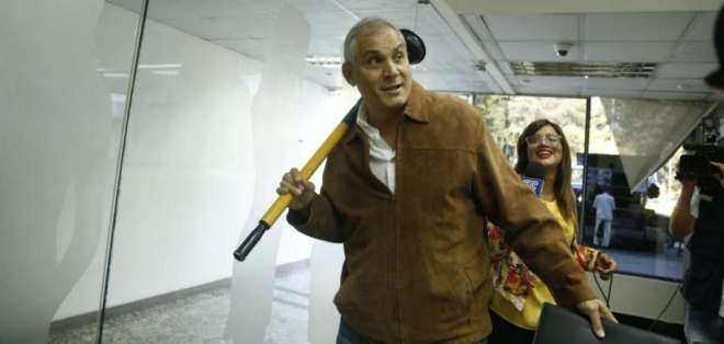 QUITO, Ecuador.- El hermano del expresidente Rafael Correa llevó a la diligencia un destapa caños. Foto: API