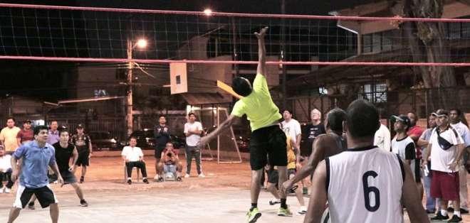 GUAYAQUIL, Ecuador.- Jugadores de varias ciudades del país se congregan en estas canchas cerca de 9 horas. Foto: Ecuavisa
