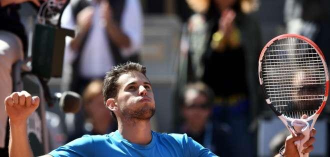 El tenista austríaco venció al serbio en 5 sets en un partido que se disputó en 2 días. Foto: PHILIPPE LOPEZ / AFP
