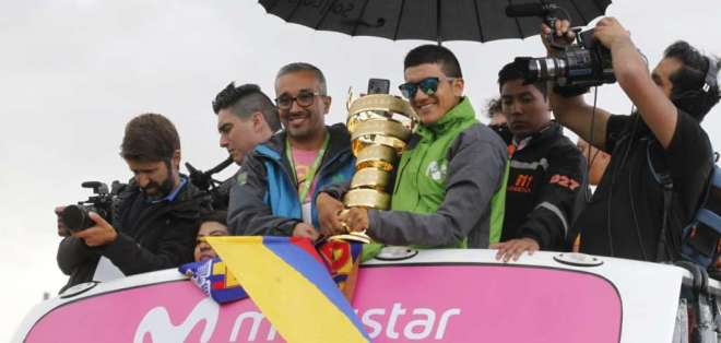 QUITO, Ecuador.- El ganador del Giro de Italia arribó a Ecuador en medio de una caravana de ciclistas. Foto: API