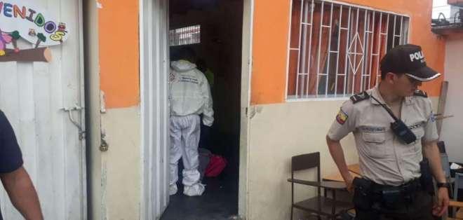 El hecho ocurrió este lunes 10 de junio dentro del aula de clases de la hija del occiso. Foto: Policía
