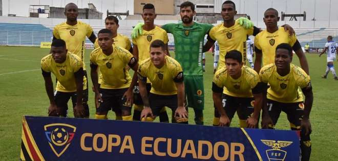 José Camacho aseguró que algunos futbolistas fueron sacados de sus departamentos. Foto: API