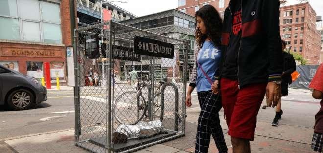 Instalación de arte en Nueva York contra supuestos malos tratos a niños migrantes. Foto: AFP