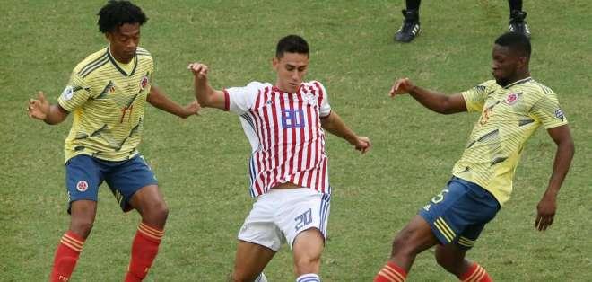 Jugadores de ambos equipos disputando el balón.