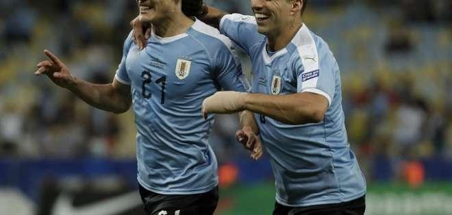 Cavani (21) festeja tras el abrazo de Suárez.
