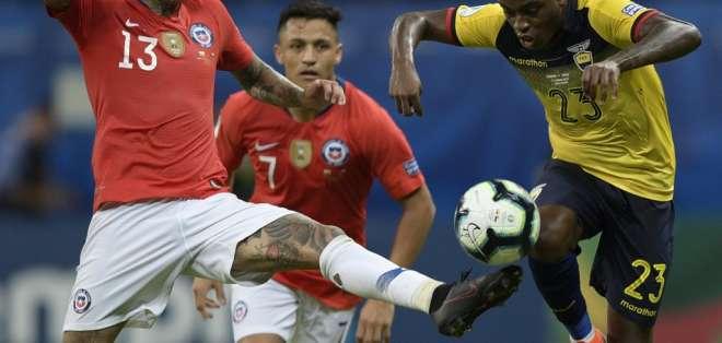 Si la 'Tri' llegase a clasificar a cuartos de final podría tener futbolistas suspendidos. Foto: JUAN MABROMATA / AFP