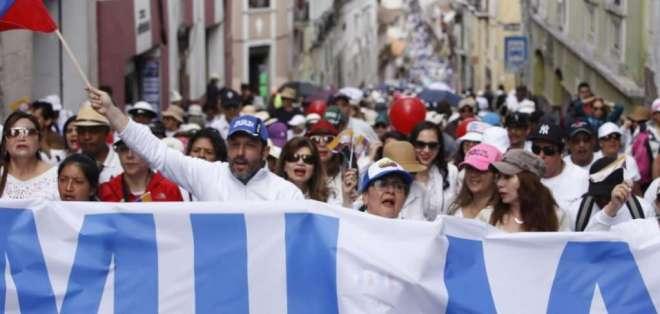 """QUITO, Ecuador.- """"Ecuador por la familia"""" es la consigna de los manifestantes, a escala nacional. Foto: API"""