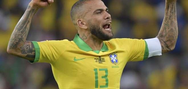 El lateral brasileño hizo karaoke en la zona mixta del estadio Maracaná. Foto: Luis Acosta / AFP