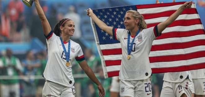 Jugadoras de la selección estadounidense de fútbol, celebrando con la copa.