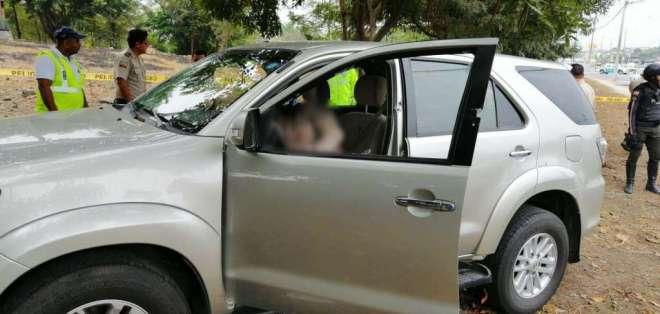 GUAYAQUIL.- El vehículo se precipitó hacia unos árboles luego de perder el control tras los disparos . Foto: Cortesía