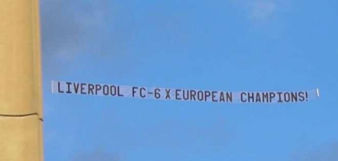 La pancarta voló sobre el lugar de entrenamiento del Manchester.