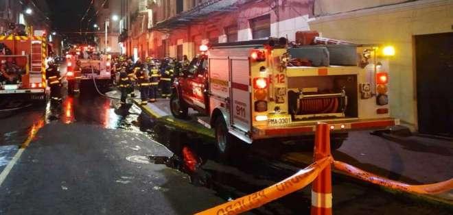 El sistema Trolebús fue suspendido en ese punto, debido al incendio. Foto: Bomberos Quito