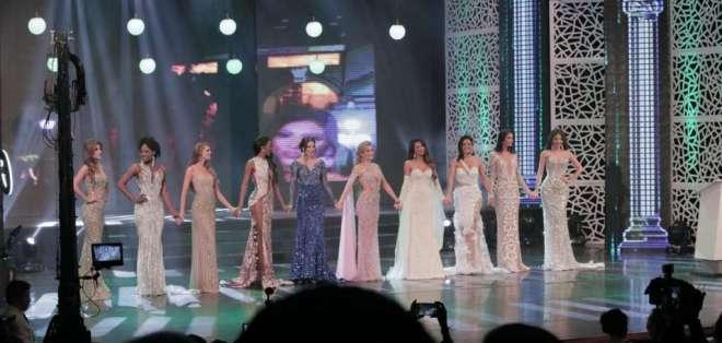 El momento en que las 10 semifinalistas del certamen se toman de las manos durante la noche de coronación. Foto: Ecuavisa