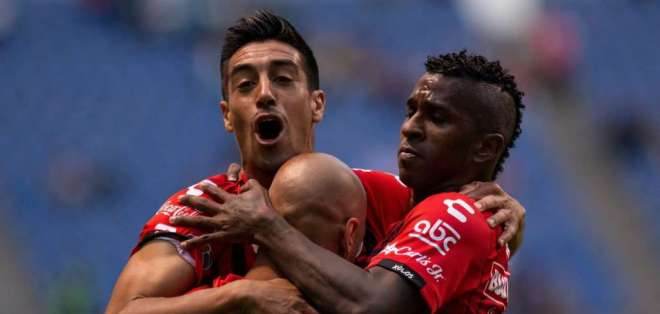 Bolaños y Nahuelpán celebrando el gol. FOTO: Xolos.