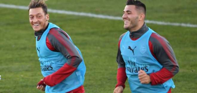 Ozil y Kolašinac, jugadores del Arsenal.