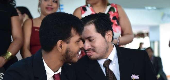 La pareja registró su matrimonio pese a la oposición de sus familias. Foto: AFP