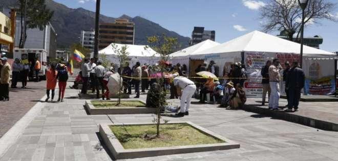 QUITO, Ecuador.- Decenas de maestros jubilados se han concentrado en los exteriores de la Asamblea para protestar. Foto: API