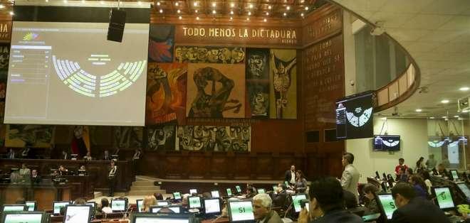 QUITO, Ecuador.- Cada legislador gana $166 por sesión, solo con registrar su asistencia evita la sanción. Foto: Aasamblea