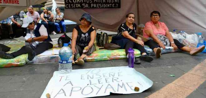 ECUADOR.- Maestros retirados inician en Guayaquil la huelga de hambre que en Quito lleva 15 días. Foto: API