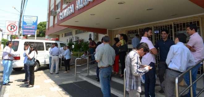 Familiares permanecen a la expectativa de la salud del abogado Raúl Llerena, en el norte de Guayaquil. Foto: API