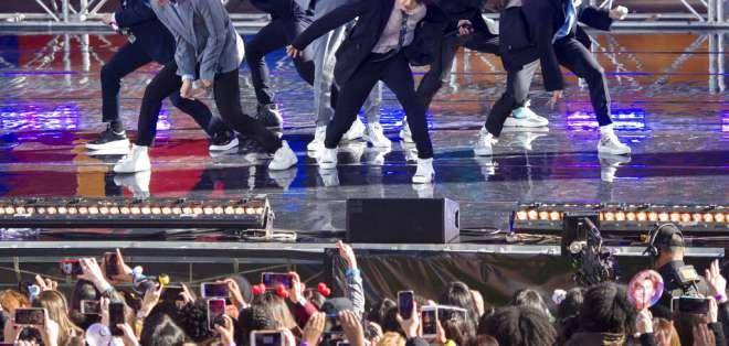 """El grupo de K-pop BTS actúa en """"Good Morning America"""" de ABC en Nueva York. Foto: AP"""