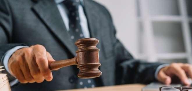 Un juez dijo que George Sink hijo no puede usar el apellido en ninguna forma de publicidad hasta que un mediador lo considere.