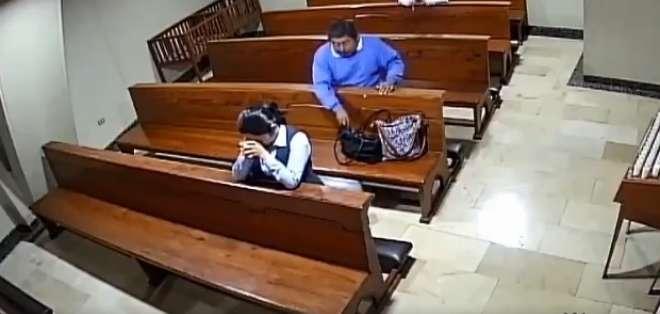El hombre sustrajo el dispositivo de una cartera. Foto: Captura de video.