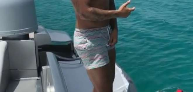 El cantante se lanzó desde un yate hacia el mar. Foto: captura de video.