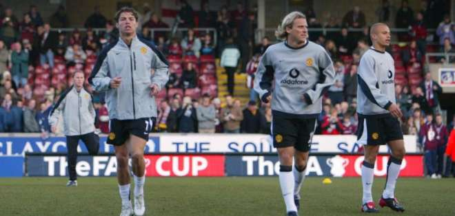 Cristiano Ronaldo y Diego Forlán en un calentamiento.