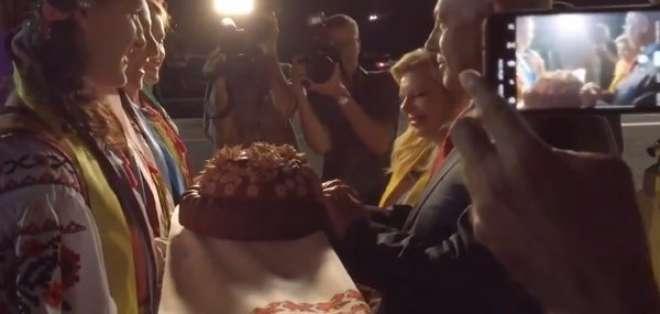 La esposa de Netanyahu tiró al piso un pan que simboliza paz.