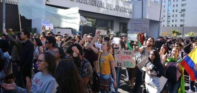 Afuera de embajada de Brasil, en Quito, ambientalistas exigieron medidas urgentes. Foto: API