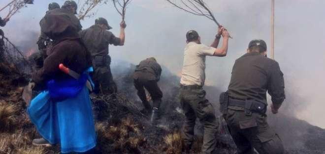 Efectivos de la Policía y comuneros intentan que el fuego no se propague. Foto: Ministerio del Ambiente
