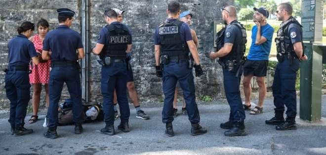 Policía revisa a ciudadanos debido a que esperan protestas en la cumbre del G7. Foto: AFP