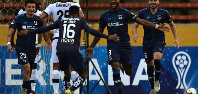 Jugadores de la Universidad Católica, celebrando un gol.